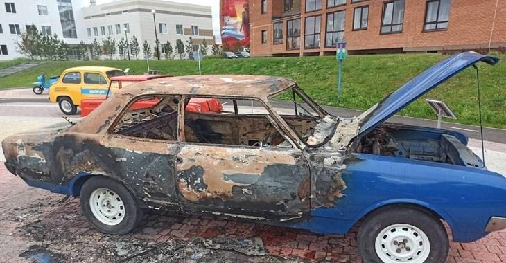В парке ретроавтомобилей под Томском сожгли Opel 1969 года выпуска