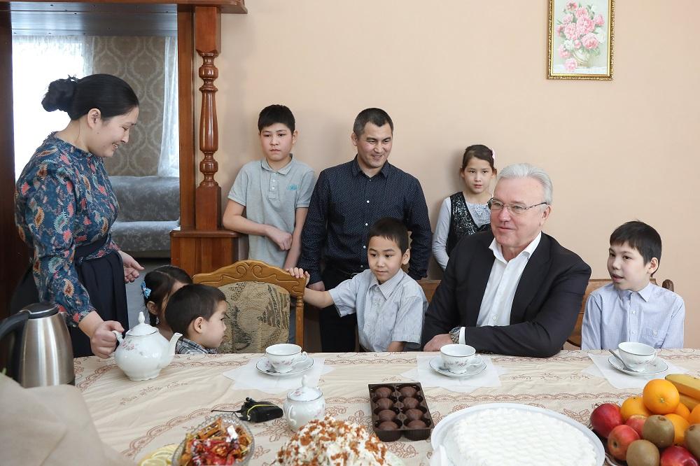 Александр Усс побывал в гостях у многодетной семьи и подарил домашний спортивный комплекс
